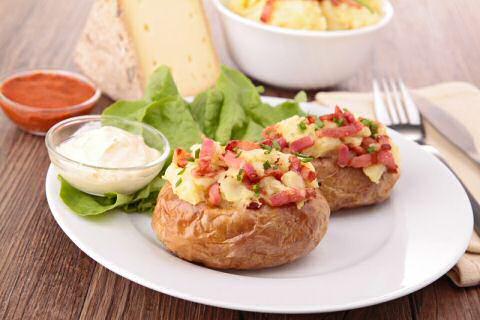 Aardappel in de schil met spek