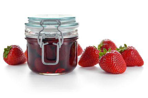 Aardbeienconfituur koken en in stereliseerpotten doen