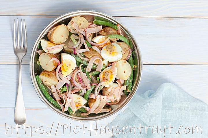 Koude aardappelsalade met groenten en vinaigrette