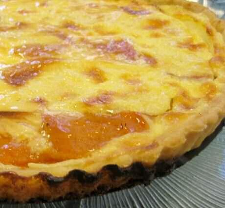 Lekkere, makkelijke en goedkope abrikozentaart met abrikozen uit blik en snelle banketbakkersroom met een pakje vanillepudding