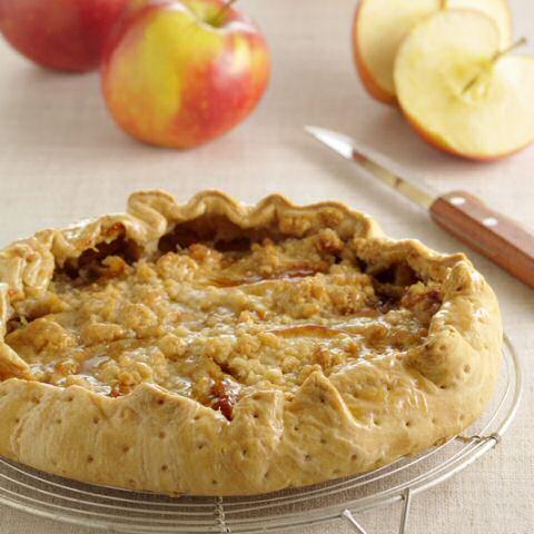 Appeltaart met bladerdeeg bodem en crumbledeeg top, zonder taartvorm toch mooi, hoog afgebakken