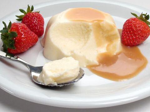 Bavarois met aardbeien en karamelsaus