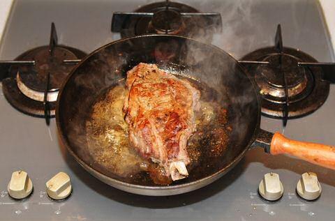 Gebakken biefstuk met saus van de jus geserveerd met kroketten