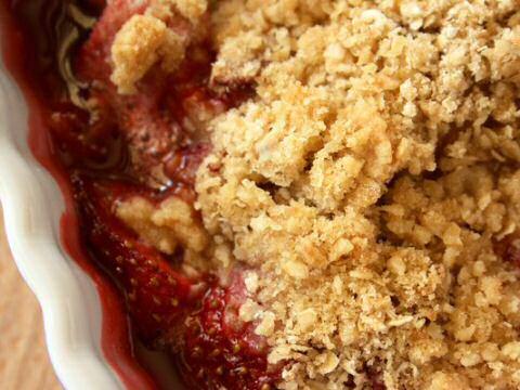 Kleine ovenschotel met aardbeien en krokant gebakken kruimeldeeg volgens een crumble recept van Piet Huysentruyt uit SOS Piet