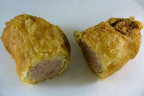 Gefrituurde curryworst in brickdeeg uit SOS Piet