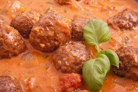 Gehaktballetjes in tomatensaus op basis van een bechamelsaus met tomatenpuree en whiskey