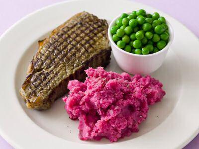 Een lekker bord rode bietenpuree met gegrilde steak en erwtjes