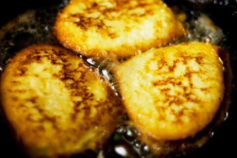 Klassiek recept om gewonnen of verloren brood te maken met eierdooier, melk, suiker en flink wat boter in een gietijzeren pan