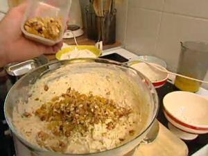 Bananencakedeeg waaraan 1 handsvol nootjes en rozijnen aan wordt toegevoegd