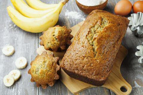 Sos Piet bananencake links en mislukte bananencake rechts