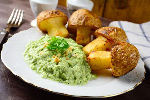 Broccolipuree met gebakken aardappel.
