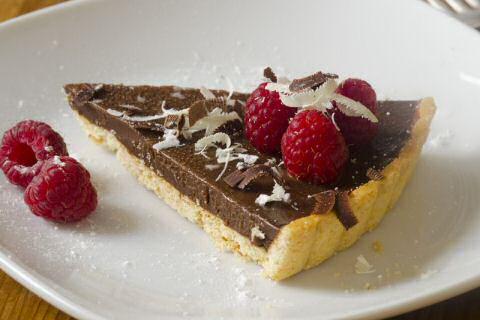 Lekker recept voor een mooi blinkende chocoladetaart met zanddeeg en ganache van room en chocolade