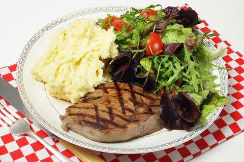 Knolselderpuree met steak en salade