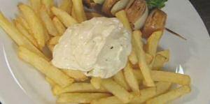 Frieten gebakken in SOS piet met een flinke kwak mayonaise en kebab