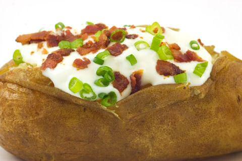 Gevulde aardappel met spek en roomsaus