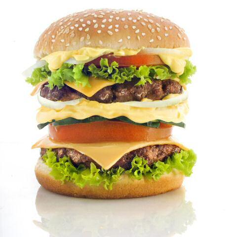 Dubbele hamburgers maken met spek, kaas, sla, tomaten, rode ui, komkommer, ketchup, mayoniase en  coctailsaus