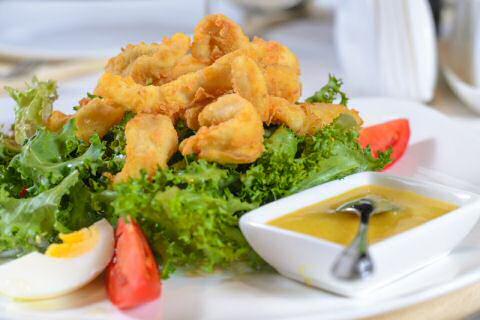 Inktvis bakken: snijd de inktvis in ringen, maak makkelijk beignetbeslag en serveer met snelle tartaarsaus