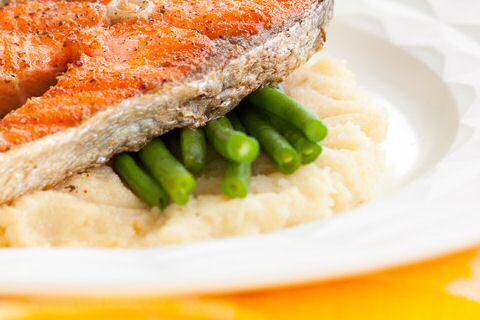 Knolselderpuree met boontjes en gebakken vis