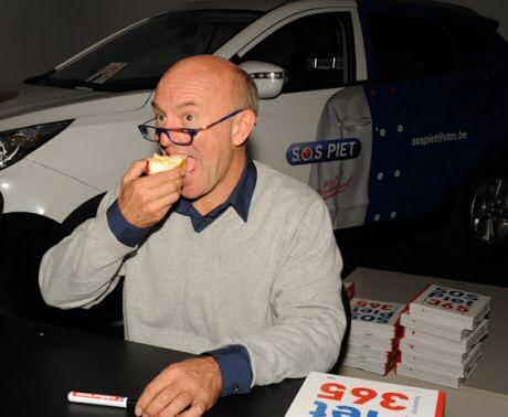 Piet Huysentruyt eet een appel: een duidelijke verwijzing naar zijn diabetes type 2 dieet volgens de  richtlijnen van de voedselzandloper van Kris Verburgh
