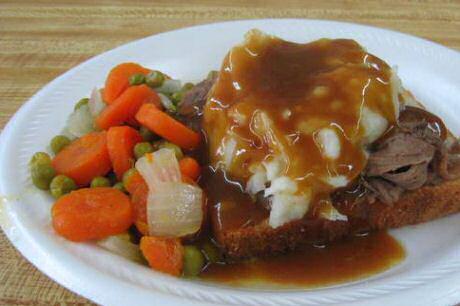 Rosbief recept klaargemaakt met erwten en wortelen, aardappelpuree, brood en flink wat rosbief saus van het kookvocht