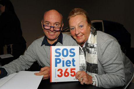 Piet Huysentruyt poseert met zijn moeder op de boekvoorstelling van zijn nieuwe SOS Piet 365