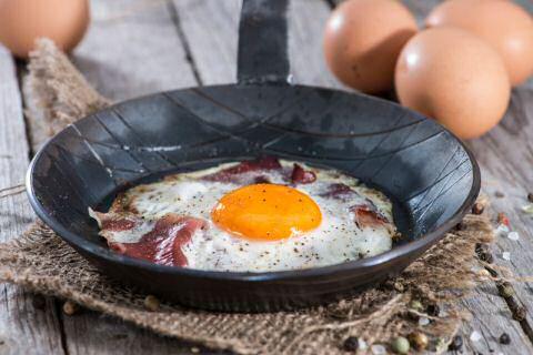 Een pan gebakken spek met verse eieren uit SOS Piet