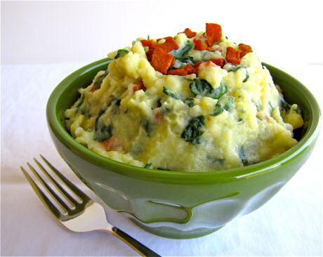 Lekker spinaziepuree recept met verse spinazie, stukjes spek, aardappel, boter, melk en kruiden