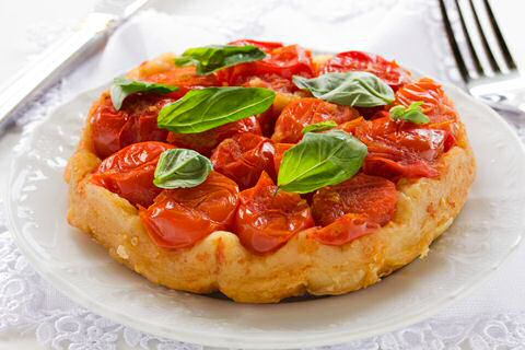 Hartig tarte tatin recept met gekarameliseerde tomaten en een vel bladerdeeg