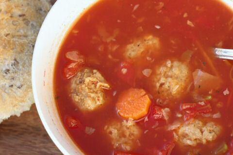 Tomatensoep met balletjes en apart gestoofde wortelstukjes