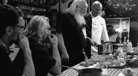 SOS Piet kookt varkensneus en gevulde varkenspoten of terters bij de orde van de Smoutpot uit Oosteeklo